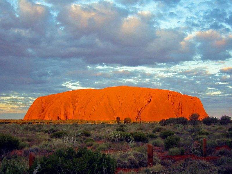 Uluru je naprosto ojedinělým útvarem. Zdroj: Thomas Schoch, wikipedia.org