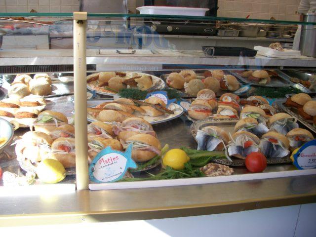 Tradiční pokrm. Rybí hamburger neboli Fischbrötschen. Foto: Monika Bukáčková, Jenprocestovatele.cz