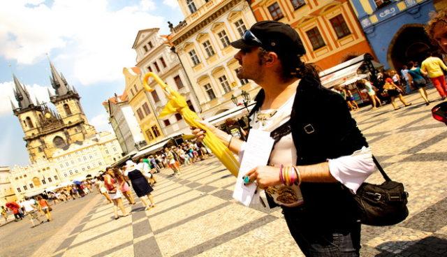 Průvodce Karim vypráví příběh ze Staroměstkého náměstí. Zdroj: Tomáš Česálek