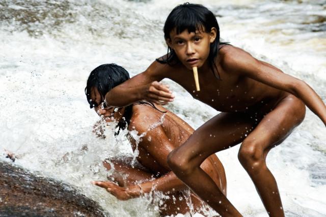 Kmen Zo'é typický svojí dřevěnou ozdobou. Zdroj: © Fiona Watson / Survival