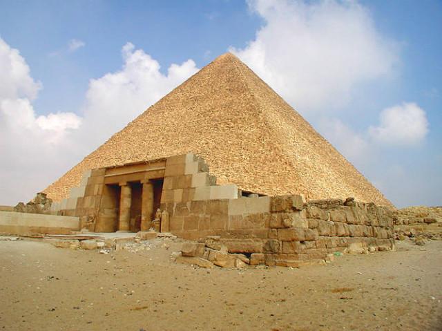 Cheopsova pyramida patří mezi starověké divy světa. Zdroj: wikimedia.org