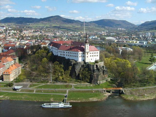 Děčín se zámkem v čele. Zdroj: wikimedia.org