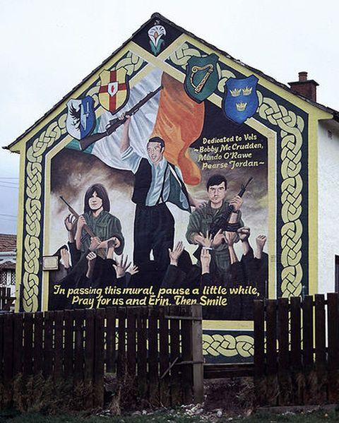 V Severním Irsku často najdete pomalované zdi s politickým sdělením. Unionisté i republikáni tak oslavují své hrdiny a jasně naznačují na čím území se člověk nachází. Zdroj: Wikimedia Commons