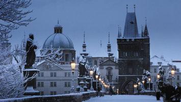 Karlův most v zimě. Zdroj: Estec Co.Ltd, Prague Hotel Operator, Wikimedia.org