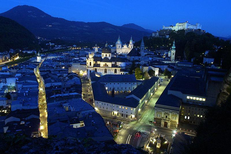 Pohled na noční zimní Salzburg, Zdroj: Thomas Pintaric, Wikimedia.org