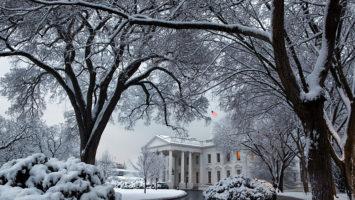 Bílý dům ve sněhu. Zdroj: Wikimedia.org