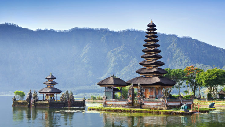Kam v zimě za teplem, Puru Ulun Danu Bratan, Bali, Indonésie
