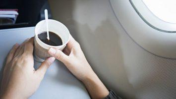 Proč nepít kávu v letadle