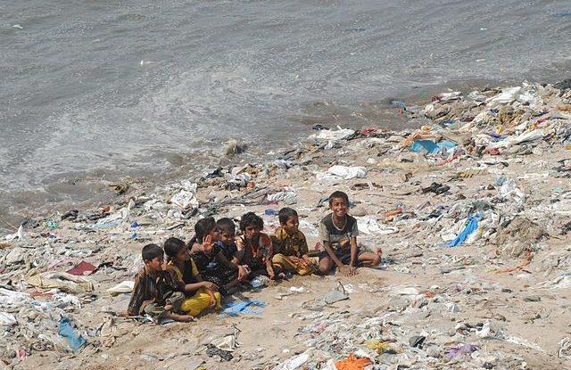 Čistá pláž v Bombaji