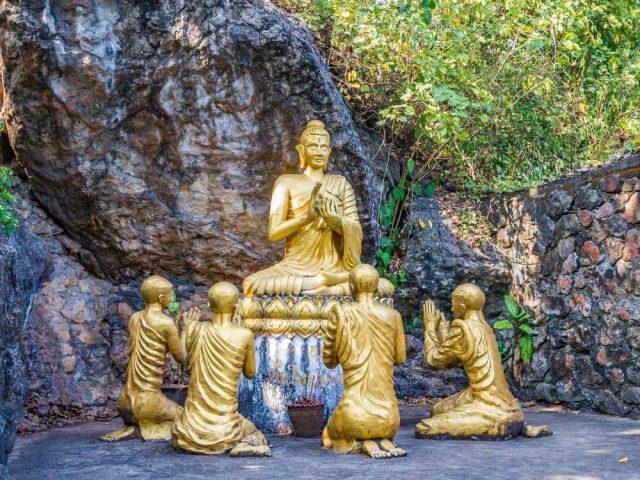 Socha Buddhy v Luang Prabang, cestování po Laosu
